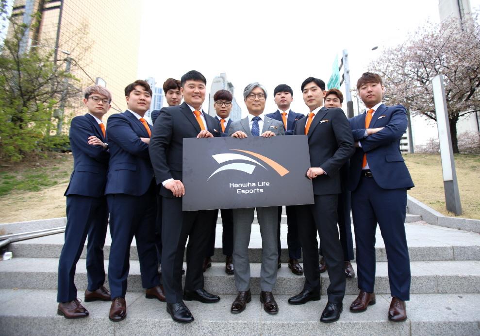 정해승 e스포츠 단장(한화생명 브랜드전략팀장, 앞줄 오른쪽에서 세 번째)과 강현종 감독(앞줄 오른쪽에서 네 번째), 김진현 코치(앞줄 오른쪽에서 두 번째) 및 선수단들이 기념촬영을 하고 있다.