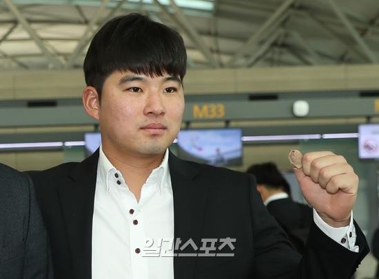 LG 윤대영이 2018년 1월 말 미국 전지훈련을 떠나기 전 파이팅을 외치고 있다.