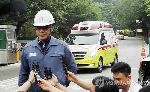 29일 폭발로 추정되는 화재로 사상자가 발생한 대전 유성구 외삼동의 한화 화약공장 정문으로 119 구급대 차량이 빠져나오고 있다. 연합뉴스