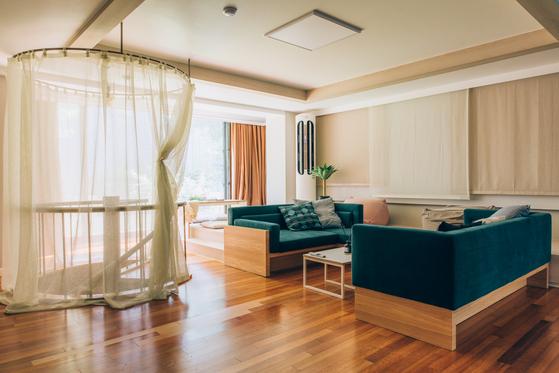 압구정동 한 주택가에 위치한 커먼타운 샤브레아망드의 거실 공용공간. 여느 집과 다름 없는 구조다.