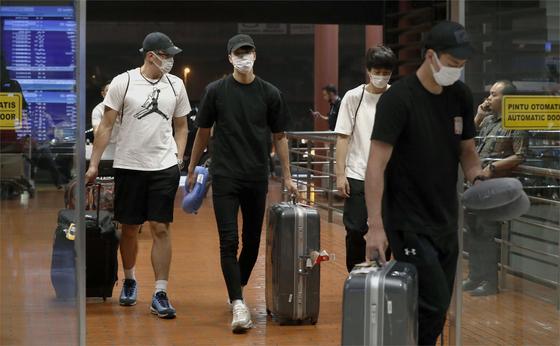 자카르타 팔렘방 아시안게임 일본 농구 국가대표 선수 4명이 대표팀 활동복을 입고 성매매를 한 것으로 밝혀져 20일 본국으로 돌아가고 있다. [AP=연합뉴스]