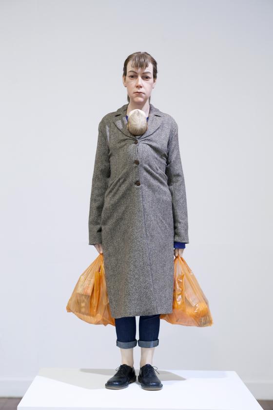 론 뮤익의 '쇼핑하는 여인'(2013), 까르띠에 현대미술재단 소장 [중앙포토]