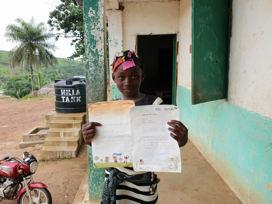 지난 2일 시에라리온 카발라 지역의 한 마을에서 후원자가 보낸 편지를 들고 있는 무수 마라. [여성국 기자]