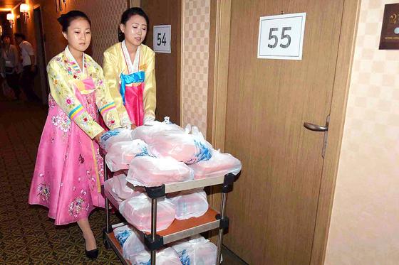 이날 오전 북측 접대원들이 이산가족들에게 줄 도시락을 옮기고 있다. [사진공동취재단]