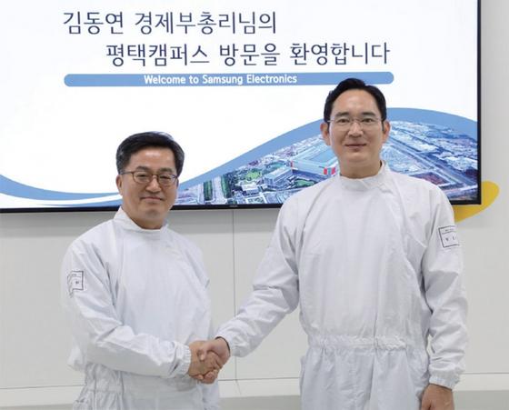 '투자 구걸' 논란 속에서 혁신성장론자인 김동연 경제부총리(왼쪽)가 8월 8일 삼성전자를 방문해 이재용 부회장을 만났다. / 사진:연합뉴스