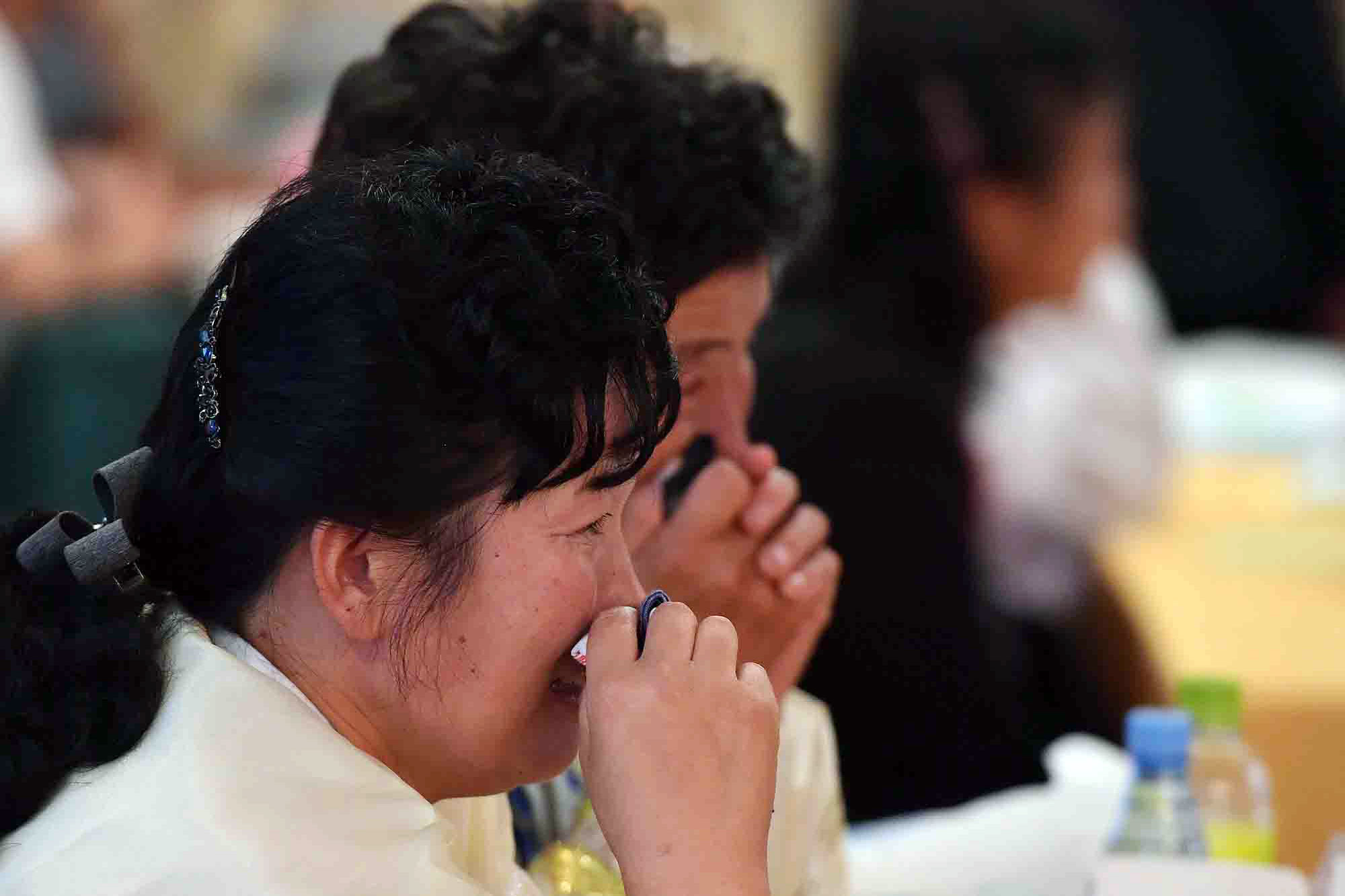제21차 남북 이산가족 상봉 행사 이틀째인 21일 금강산호텔에서 열린 단체상봉 행사에서 남측 백민준(93) 할아버지의 북측 며느리 리복덕(63), 손녀 백향심(35) 씨가 눈물을 훔치고 있다. 사진공동취재단