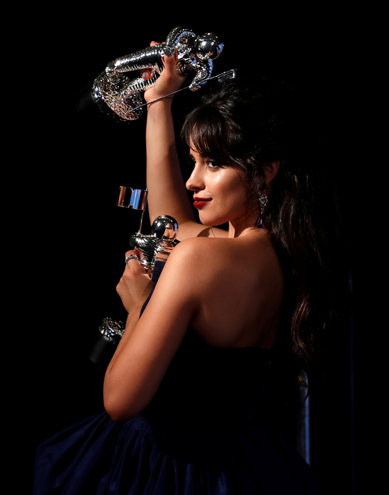 """Camila Cabello poses backstage with her awards for Artist of the Year and Video of the Year for """"Havana."""" Photo from REUTERS(Carlo Allegri)=Yonhap"""