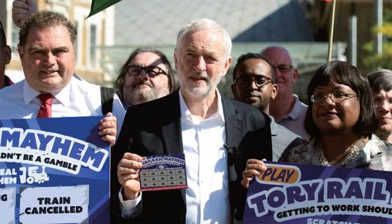 영국 총선거에서 노동당을 이끈 제레미 코빈(앞줄 가운데) 당수는 노동당 안에서도 공산주의자로 불리는 인물이다. / 사진:연합뉴스