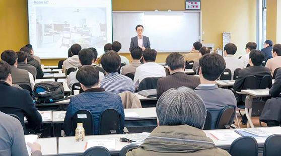지난 4월 이동통신 산업체 직원들이 '5G 이동통신 산업의 이해'라는 주제로 교육을 받고 있다.