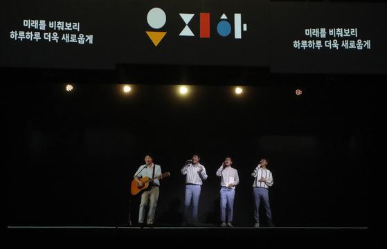 홀로그램으로 재현한 고 유재하(맨왼쪽)와 실제 무대에서 함께 노래를 부른 스윗소로우 멤버들. [사진 KT]