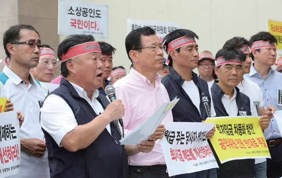8월 6일 수원역 앞 광장에서 소상공인들이 최저임금 협상안 재논의를 촉구하는 집회에서 발언하고 있다. / 사진:연합뉴스