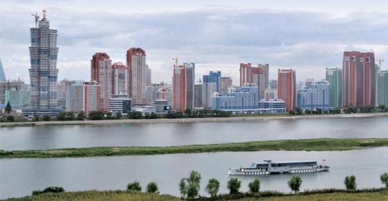 북한 평양 대동강변의 미래과학자거리에 들어선 초고층 아파트 단지들. / 사진:노동신문