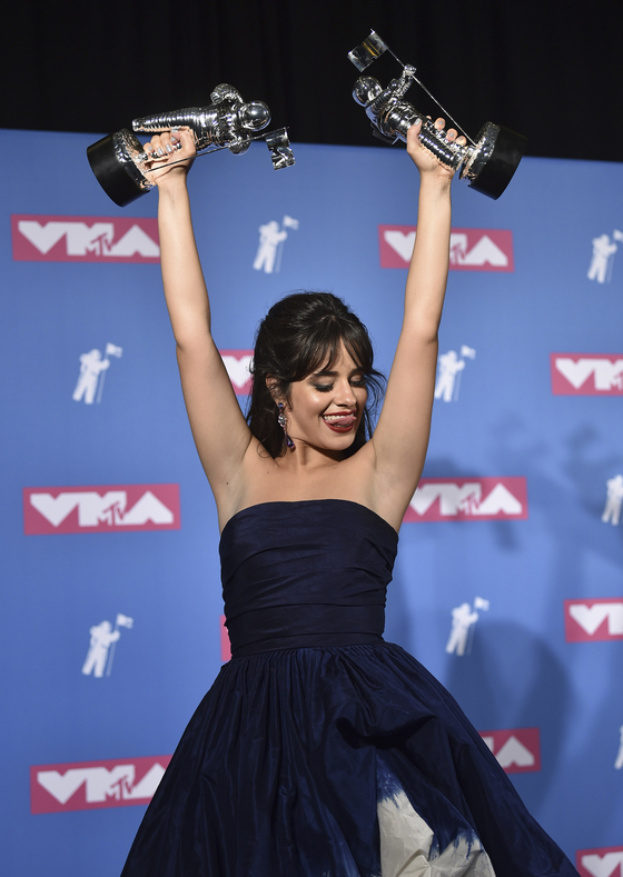 """Camila Cabello poses with her awards for artist of the year and video of the year for """"Havana"""" Photo from (Evan Agostini/Invision)=YonhapAP"""