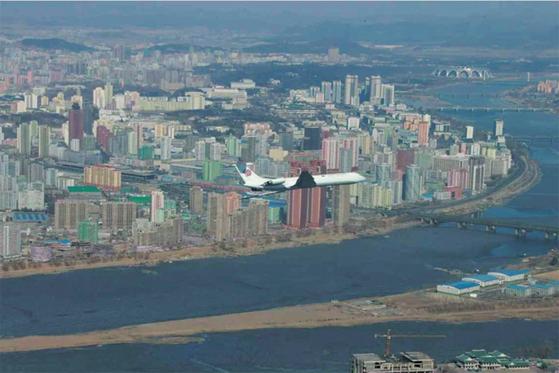 미래과학자거리 건설 현장 상공을 비행중인 김정은 북한 국무위원장 전용기. / 사진:연합뉴스