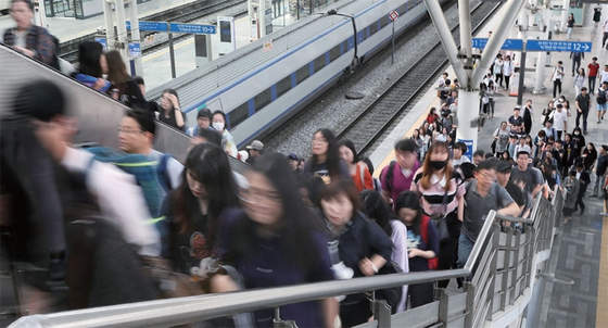서울시 지방공무원 임용시험에 응시하기 위해 상경한 지방 수험생들이 KTX 서울역을 가득 메웠다. / 사진:연합뉴스