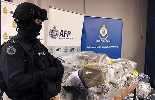 대규모로 압수한 마약 곁을 지키는 호주 경찰 [EPA=연합뉴스]