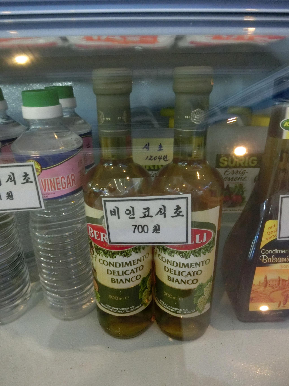 대동강수산물식당 2층 마트에 진열돼 있는 이탈리아산 비인코 식초(500ml)는 700원이다. 북한에선 달러나 유로로 환산해 판매하기도 하는데 1달러에 140원에 거래된다. 평양=이정민 기자