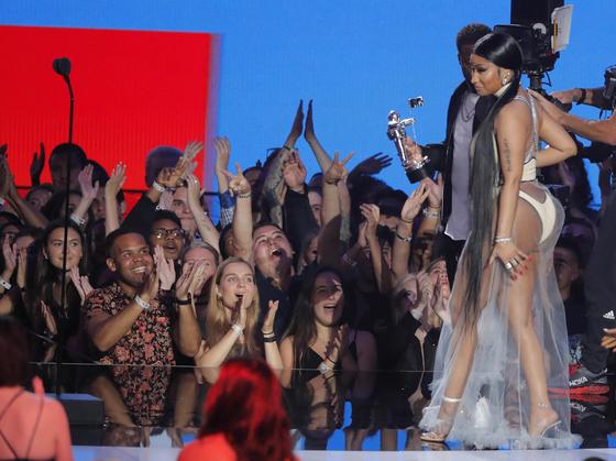 Nicki Minaj, accompanied by Kevin Hart, accepts the Best Hip Hop award. Photo from REUTERS(Lucas Jackson)=Yonhap