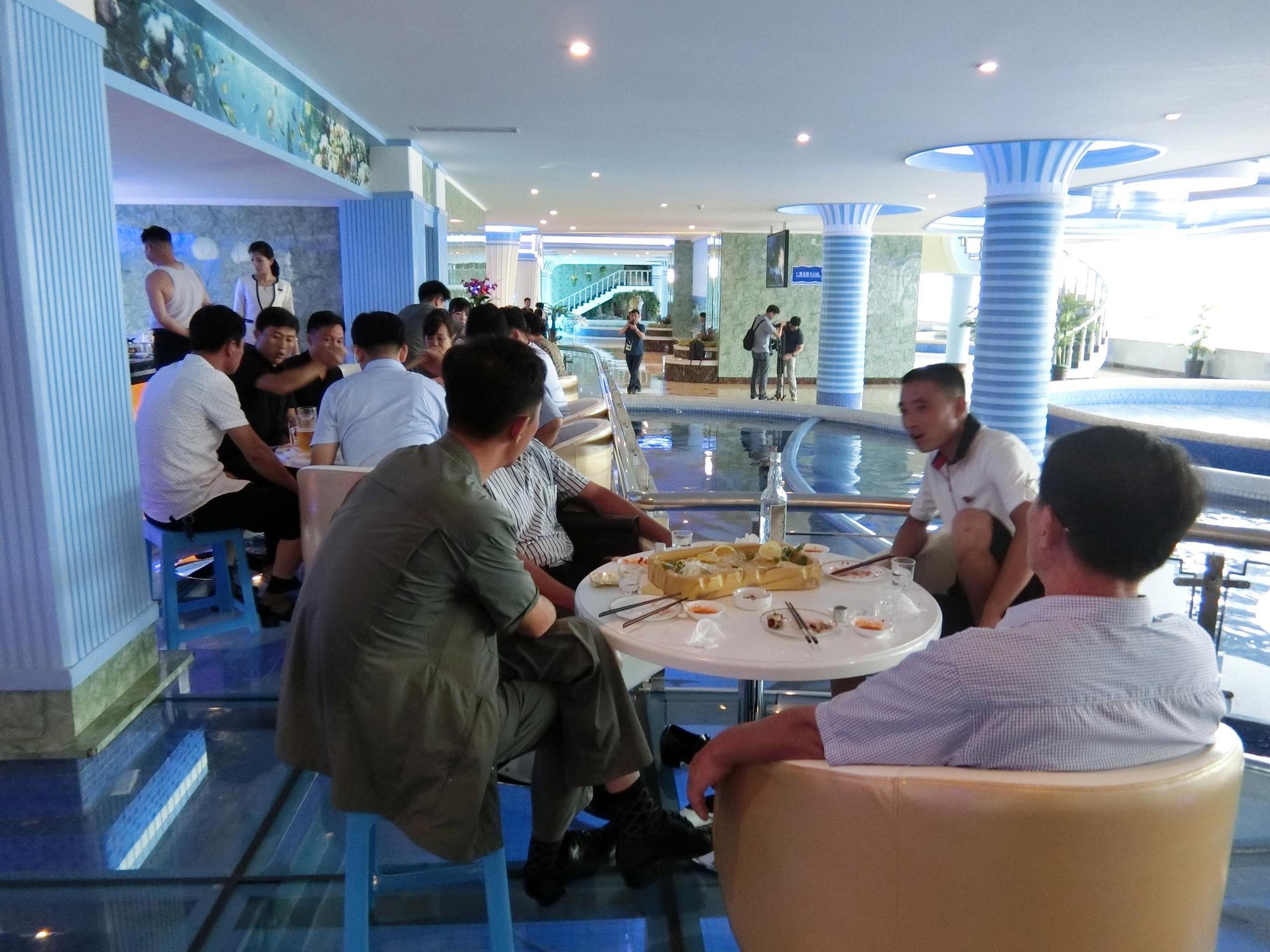 대동강수산물식당에서 음식을 먹고 있는 평양 시민들. 이정민 기자