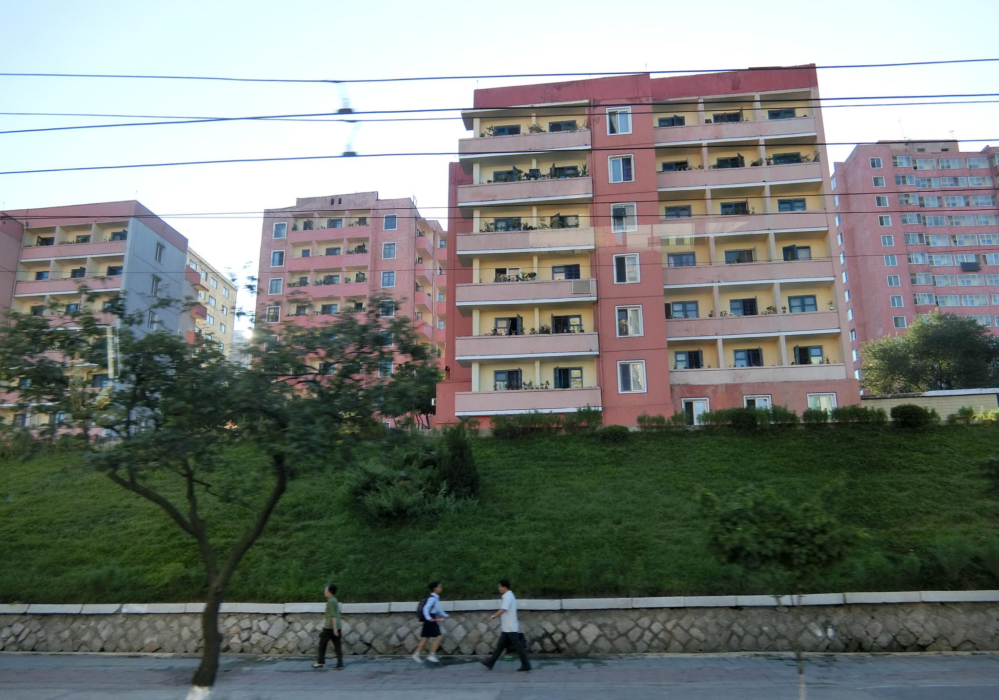 오래된 아파트들은 형형색색의 페인트로 외벽을 도색했다. 평양=이정민 기자