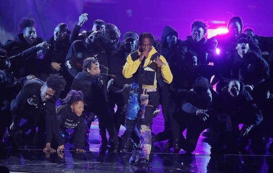 Travis Scott performs a medley. Photo from REUTERS(Lucas Jackson)=Yonhap