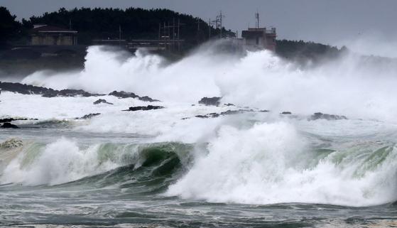 제19호 태풍 솔릭이 한반도를 향해 북상 중인 22일 제주 서귀포시 남원읍 해안에 높은 파도가 몰아 치고 있다.[뉴스 1]