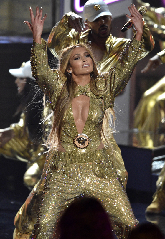 Video Vanguard award winner Jennifer Lopez performs at the MTV Video Music Awards. Photo from AP(Chris Pizzello/Invision)=Yonhap