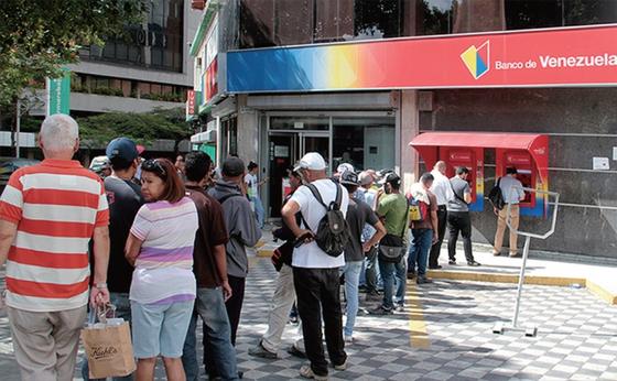 베네수엘라 국민들은 자국 화폐가치 폭락 탓에 돈을 인출하려면 한참 줄을 서서 기다려야 한다. / 사진:CNN홈페이지