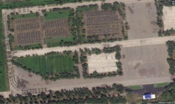미국의소리(VOA)가 23일 북한 9.9절 열병식 준비가 한창인 펴양 미림 비행장에 무기를 실은 것으로 보이는 트럭 100여 대가 집결했다고 전했다. {사진 VOA]