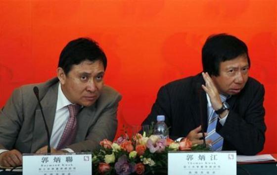 홍콩 부동산개발업체 '순흥카이'의 토마스 쿽(오른쪽) 전 회장과 레이먼드 쿽 회장. [로이터=연합뉴스]