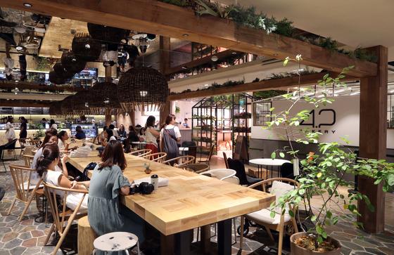1층 안쪽에 자리한 카페 공간. 동춘상회와 의류 공간의 중간 지점으로 평일 점심과 주말엔 앉을 자리를 찾을 수 없을 만큼 사람들이 가득 찬다.