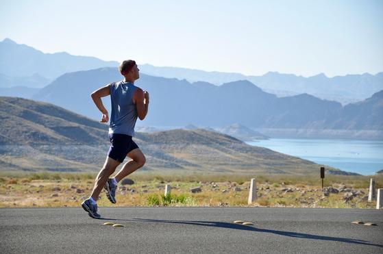 식후 30분에서 3시간 사이의 운동은 저혈당을 예방하고 식후 혈당 상승을 억제할 수 있다. 또한 현대인은 독성물질 과잉 또는 화학물질 만능 시대에 노출되어 있다. 운동은 우리 몸에 흡수 혹은 생성된 독성물질인 활성산소를 제거하는 항산화 능력을 강화시킨다. [사진 pixabay]
