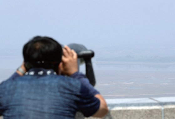 지난 6월 경기도 파주시 오두산 통일전망대에서 한 관광객이 북한 황해북도 개풍군 일대를 살펴보고 있다. / 사진:연합뉴스