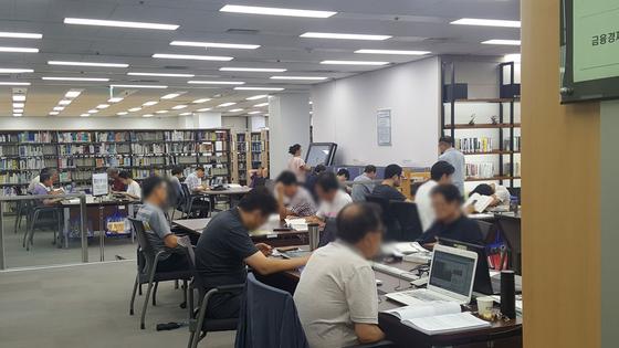 냉방이 잘 돼 쾌적하기 그지없는 서울 여의도 국회도서관에서 시간을 보내는 중장년들. 김동호 기자