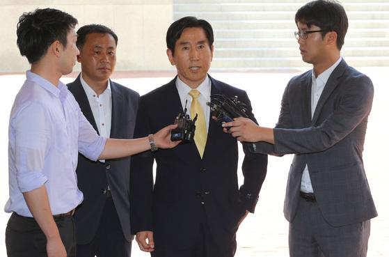 조현오 전 경찰청장(가운데)이 2015년 8월 3일 인사청탁 명목 금품수수 혐의로 검찰 조사를 받기 위해 부산지검에 출두하고 있는 모습. [중앙포토]