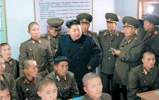 사령부 예하 포병중대를 방문한 김정은 국무위원장. / 사진:노동신문
