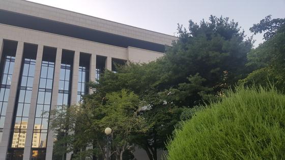 숲 속에 파묻혀 독서에 집중하기 좋은 국회도서관 전경. 김동호 기자