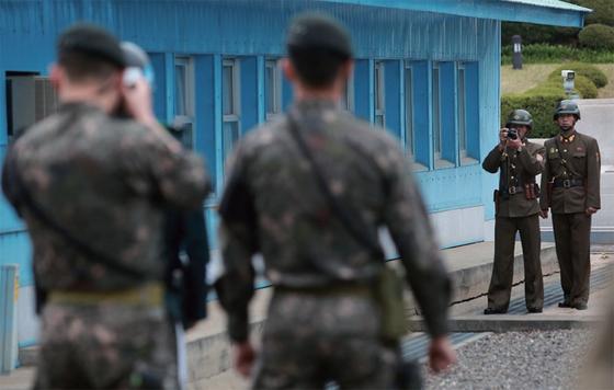 지난해 4월 경기도 파주시 판문점에서 북한군 경비병이 마이크 펜스 미국 부통령 일행의 사진을 찍고 있다.