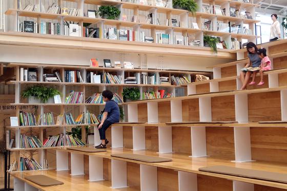 동춘상희 옆쪽에 마련된 계단형 휴식공간과 책들.