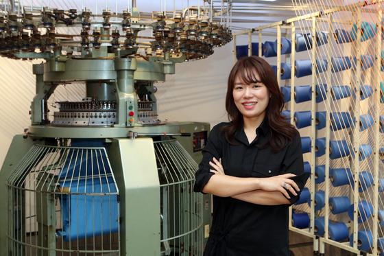 동춘175 내 1층에 있는 오래된 환편기(천을 짜는 기계) 앞에서 박이라 대표가 포즈를 취했다. 환편기는 1990년대 중반부터 부산 서창 공장에서 사용하던 것을 동춘175로 옮겨왔다.