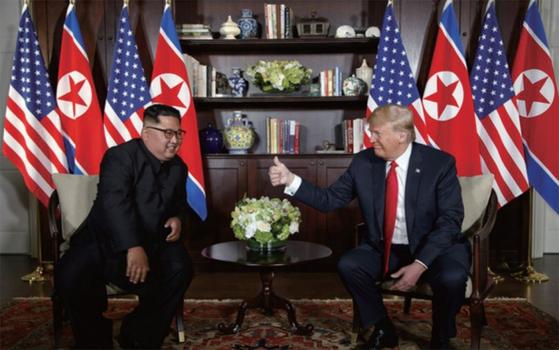 6월 12일 싱가포르에서 열린 북·미 첫 정상회담에서 만난 김정일 국무위원장과 트럼프 대통령.