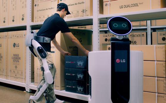 LG전자가 31일 독일 베를린에서 개막하는 'IFA 2018'에서 웨어러블 로봇 'LG 클로이 수트봇'을 처음 공개한다. 이 제품은 산업현장부터 일상생활까지 다양한 분야에서 활용할 수 있는 하체 근력 지원용 웨어러블 로봇이다. 수트봇을 착용한 작업자가 물류센터에서 상품을 쇼핑카트 로봇에 옮겨담고 있다. [사진 LG전자]