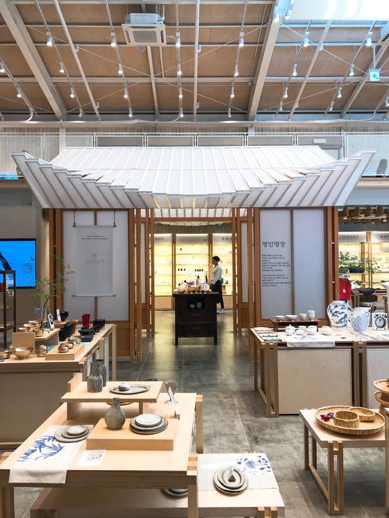 동춘상회의 모습. 공간 한 가운데 모던하게 재해석한 한옥 모형을 들여놔 동춘상회가 취급하는 한국적인 물건과 음식의 분위기를 더했다.