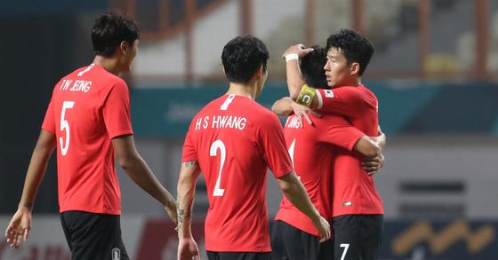 23일 2018 자카르타-팔렘방 아시안게임 축구 16강 한국과 이란의 경기에서 2-0으로 이란을 물리친 뒤 손흥민을 비롯한 선수들이 기뻐하고 있다. [연합뉴스]