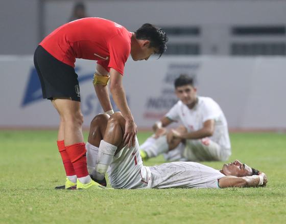 23일 2018 자카르타-팔렘방 아시안게임 축구 16강 한국과 이란의 경기에서 2-0으로 승리한 뒤 손흥민이 이란 선수를 위로하고 있다. [연합뉴스]