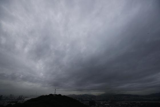 24일 오전 6시 태풍 '솔릭' 북상에 먹구름 가득한 서울하늘 [연합뉴스]