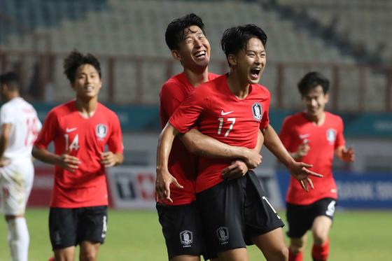 23일2018 자카르타·팔렘방 아시안게임 남자축구 16강전 대한민국과 이란의 경기에서 손흥민이 추가골을 넣은 이승우를 번쩍 들어올리고 있다. [뉴스1]