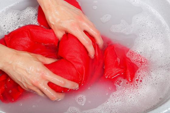수영복은 중성세제를 녹인 물에서 손으로 조물조물 주물러 빨아야 손상이 적다.