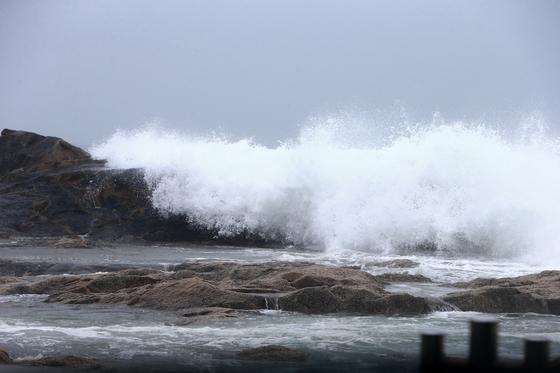 제19호 태풍 '솔릭'이 동해안을 통해 동해상으로 빠져나갈 것으로 예상되는 24일 속초 영랑동 해안도로변 갯바위를 파도가 넘어들어오고 있다. [연합뉴스]