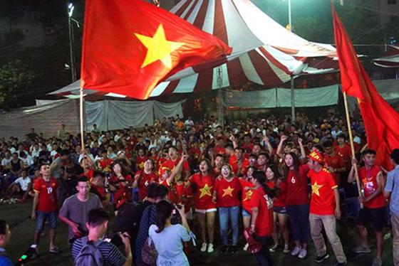 박항서 감독이 이끄는 베트남축구가 아시안게임 첫 8강에 진출하자 베트남이 열광의 도가니에 빠졌다. [베트남 단 비에트 홈페이지 캡처]